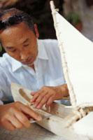 船の模型を作る50代男性