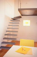 黄色いステーショナリーのある机と階段
