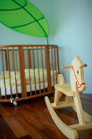 木馬とベビーベッド 21022002358| 写真素材・ストックフォト・画像・イラスト素材|アマナイメージズ