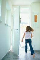 走り出ていく女の子 21022002359| 写真素材・ストックフォト・画像・イラスト素材|アマナイメージズ