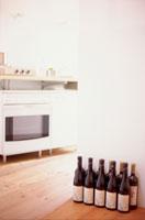 並んだワインボトルとキッチンレンジ