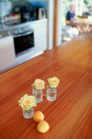 バラが入ったグラスとレモン
