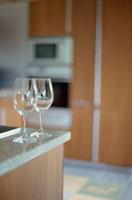 ペアのワイングラスとキッチンレンジ