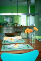 洋梨と花のあるテーブル