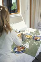 食事のセッティングをする女性