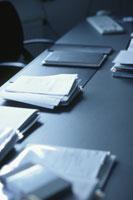 デスクの上の書類や手帳