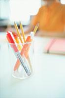 ペン立ての鉛筆とペン