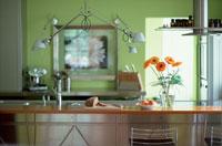 オレンジのガーベラのあるキッチンカウンター