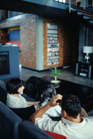 ソファに座るカップルと犬 21022002651| 写真素材・ストックフォト・画像・イラスト素材|アマナイメージズ