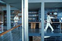 2階の部屋を歩くカップル