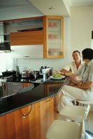 キッチンカウンターに座るカップル 21022002674| 写真素材・ストックフォト・画像・イラスト素材|アマナイメージズ