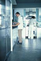 キッチンのカップル 21022002684| 写真素材・ストックフォト・画像・イラスト素材|アマナイメージズ