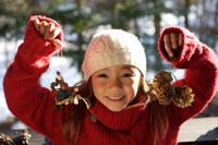 クリスマス飾りを持つ女の子 21022002774C| 写真素材・ストックフォト・画像・イラスト素材|アマナイメージズ