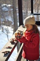 クリスマス飾りで遊ぶ女の子 21022002775| 写真素材・ストックフォト・画像・イラスト素材|アマナイメージズ