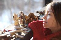 クリスマス飾りを見つめる女の子 21022002777A| 写真素材・ストックフォト・画像・イラスト素材|アマナイメージズ