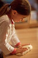 ピザ生地をこねる女の子 21022002781| 写真素材・ストックフォト・画像・イラスト素材|アマナイメージズ