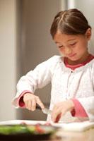 野菜を切る女の子 21022002782B| 写真素材・ストックフォト・画像・イラスト素材|アマナイメージズ