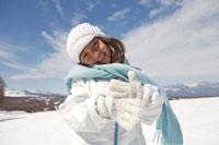 雪景色の中にいる女の子
