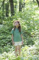 森の中に立つ女の子