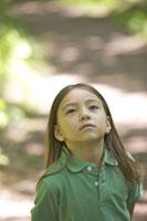 森の小道に立つ女の子