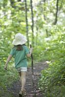 森の小道を歩く女の子 後姿