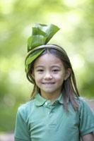 葉っぱの飾りをかぶる女の子