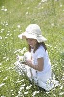 花を摘む女の子 21022002809A| 写真素材・ストックフォト・画像・イラスト素材|アマナイメージズ