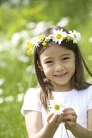 花飾りをかぶる女の子 21022002816D| 写真素材・ストックフォト・画像・イラスト素材|アマナイメージズ