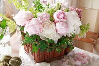 白と薄いピンクの花のバスケット