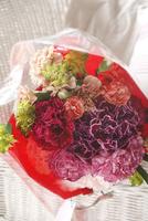 色とりどりのカーネーションの花束