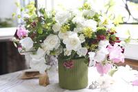 緑の器に白いバラのアレンジメント
