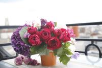 赤いバラとアジサイのアレンジメント