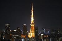 麻布十番から見た東京タワーのライトアップ 21026000043| 写真素材・ストックフォト・画像・イラスト素材|アマナイメージズ