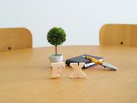テーブルに置かれた積み木文字FXとペン