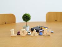 テーブルに置かれた積み木文字LOAN