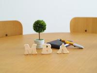 テーブルに置かれた積み木文字MBA