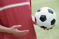 サッカーボールを持つ男性の手 21028000702| 写真素材・ストックフォト・画像・イラスト素材|アマナイメージズ