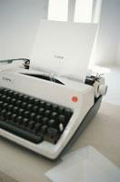 loveと打たれた紙とタイプライター
