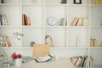 白い棚にカラフルな本