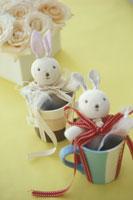 2つのカップに入ったウサギの人形