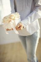 バラのギフトボックスを持つ女性