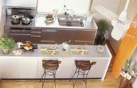 テーブルセッティングされたキッチン 俯瞰