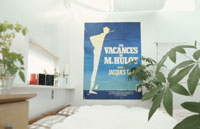 ポスターと植物のあるベッドルーム