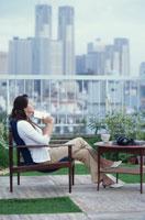 屋上で読書する女性
