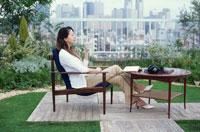 屋上でお茶を楽しむ女性