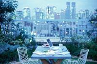 庭に置いたテーブルと夜景の街