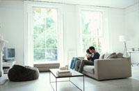 リビングのソファに座る男性と女性