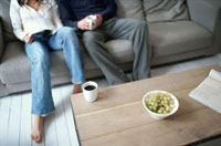 ソファに座る男性と女性