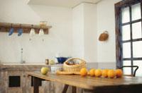 テーブルの上のオレンジと青リンゴ