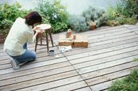 イスの修理をする女性 21028003069| 写真素材・ストックフォト・画像・イラスト素材|アマナイメージズ